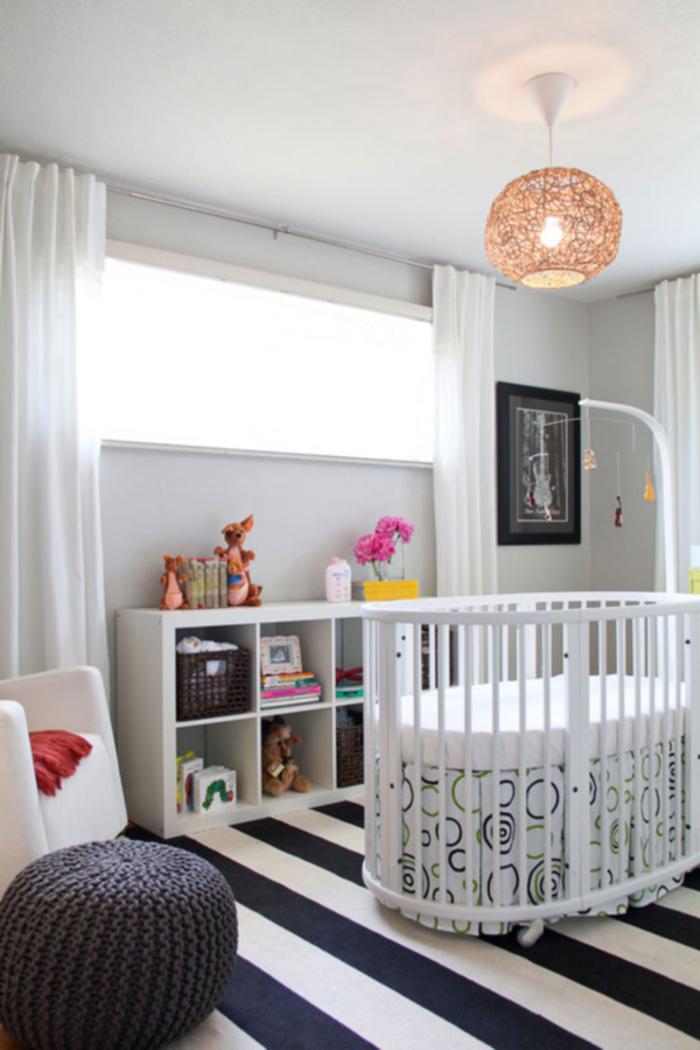 idée-chambre-bébé-decoration-originale-jouets-lit-bébé-lampe-lustre