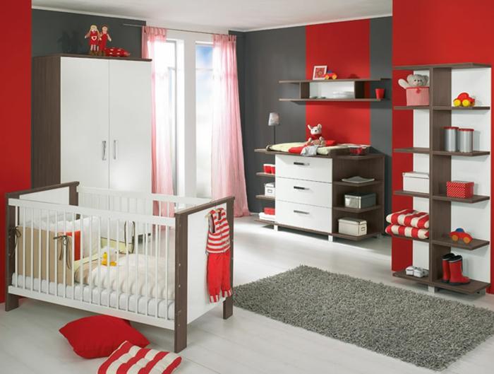 idée-chambre-bébé-decoration-originale-jouets-lit-bébé-rouge
