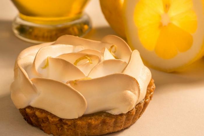 idée-décoration-de-table-gâteau-tarte-au-citron-à-la-forme-de-rose