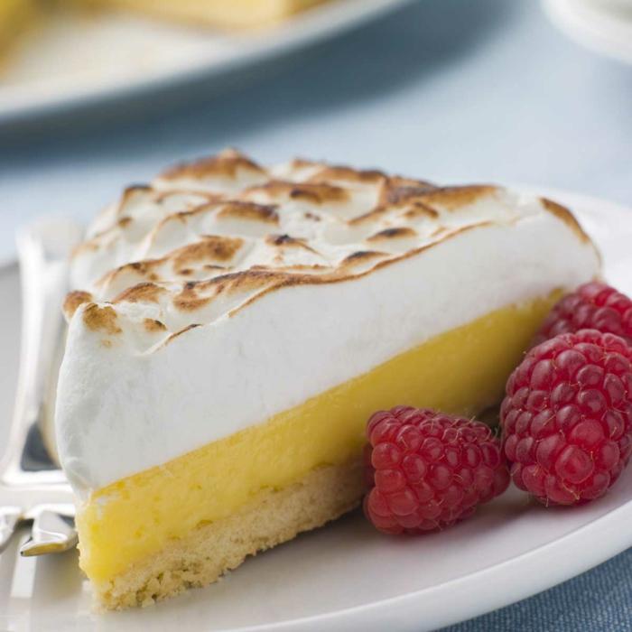 idée-décoration-de-table-gâteau-tarte-au-citron-et-framboises-déco