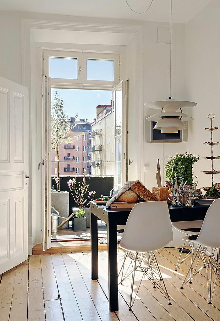 idee-deco-sejour-avec-chaises-blanches-et-table-en-bois-noir-interieur-dans-la-salle-de-sejour