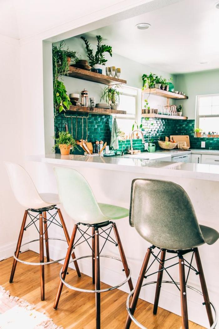 idee-deco-sejour-chaises-de-bar-en-plastique-vert-et-gris-carrelage-vert-dans-la-cuisine