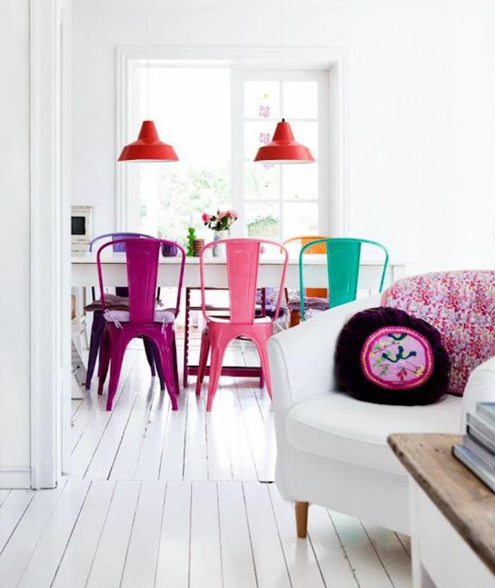 idee-deco-sejour-colore-chaises-colores-lustre-en-fer-rouge-et-fenetre-grande