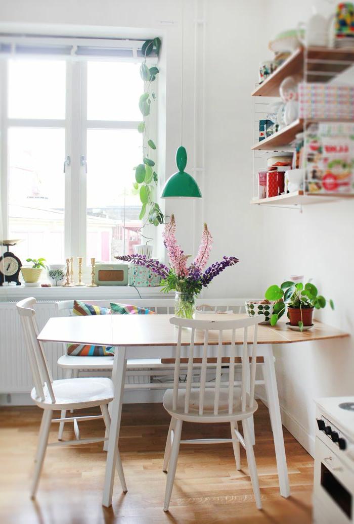 idee-deco-sejour-fleurs-sur-la-table-en-bois-et-parquet-clair-lustre-bleu-clair-chaises-en-bois