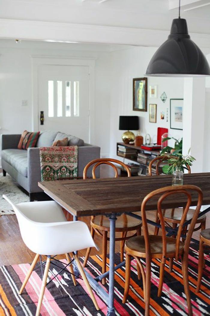 idee-deco-sejour-pour-la-salle-a-manger-et-un-tapis-colore-avec-une-table-en-bois-foncé