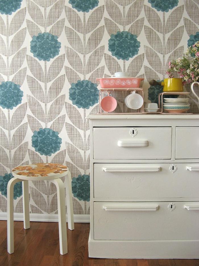 idee-papier-peint-salon-avec-commode-en-bois-de-couleur-gris-parquet-en-bois-foncé