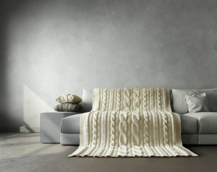 jeté-de-canapé-pas-cher-blanc-pour-le-canapé-gris-et-murs-gris-sol-en-beton-cire