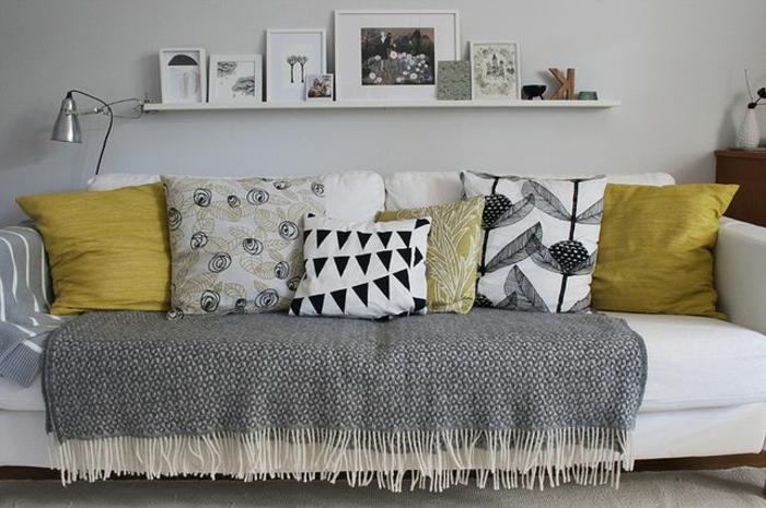 jeté-de-canapé-pas-cher-protege-canape-avec-un-plaid-pour-canapé-canape-de-salon-coussins-colores