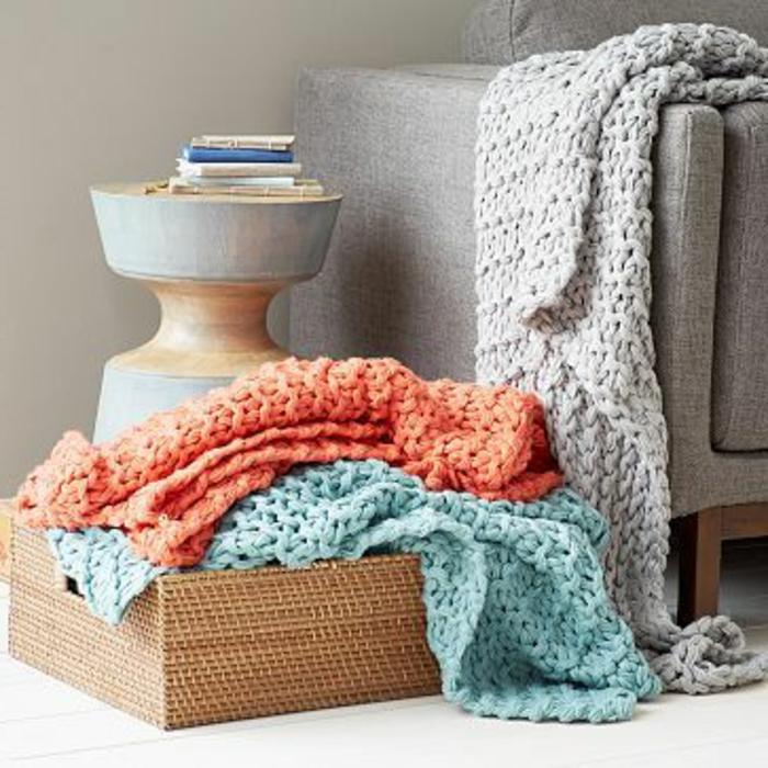 jeté-de-canapé-pas-cher-tricote-orange-bleu-pour-le-canape-gris-table-de-chevet