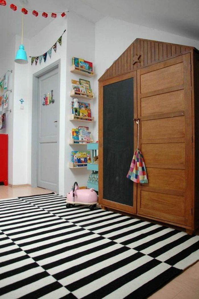 joli-armoir-en-forme-de-triangle-avec-tapis-à-rayures-blancs-noires-murs-blancs