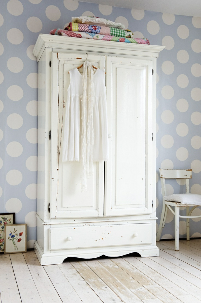 joli-armoir-retro-chic-pour-la-chambre-d-enfant-sol-en-planchers-beige-et-tapisserie-bleu-ciel-à-points