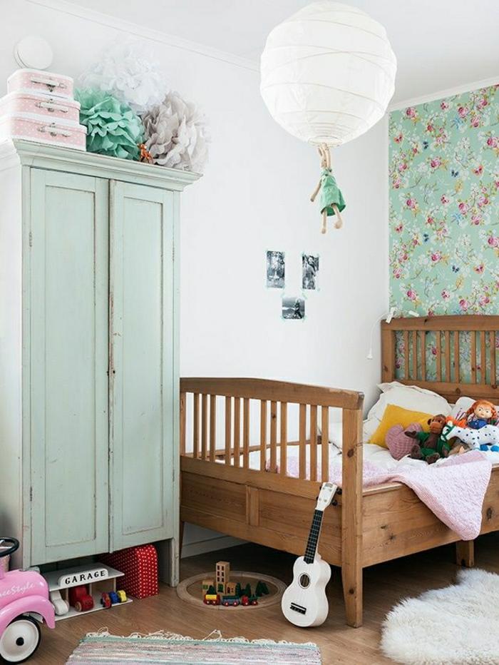 joli-armoire-ancien-de-couleur-bleu-ciel-murs-blancs-lit-d-enfant-en-bois-foncé