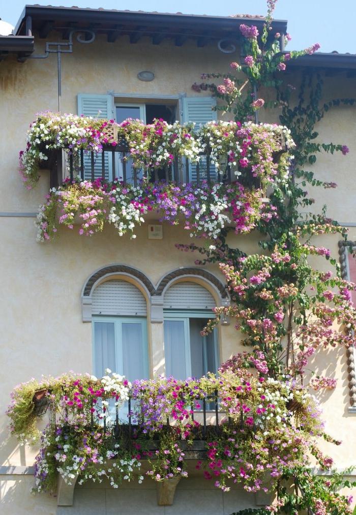 joli-balcon-avec-fleurs-de-balcon-jolis-pour-bien-decorer-le-balcon-devant