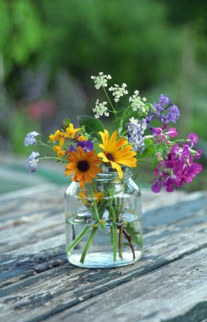 joli-bouquet-champetre-sur-la-table-en-bois-comment-decorer-la-table-avec-un-bouquet-champetre