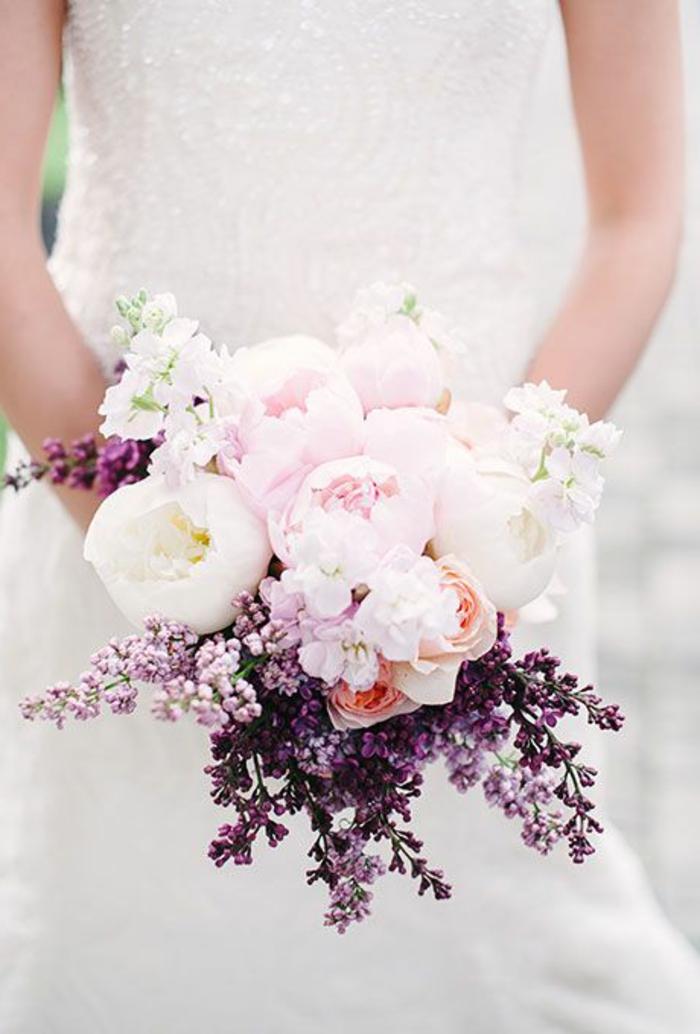 joli-bouquet-de-fleurs-avec-pivoines-roses-bouquet-mariée-pivoine-rose-pour-le-jour-de-mariee