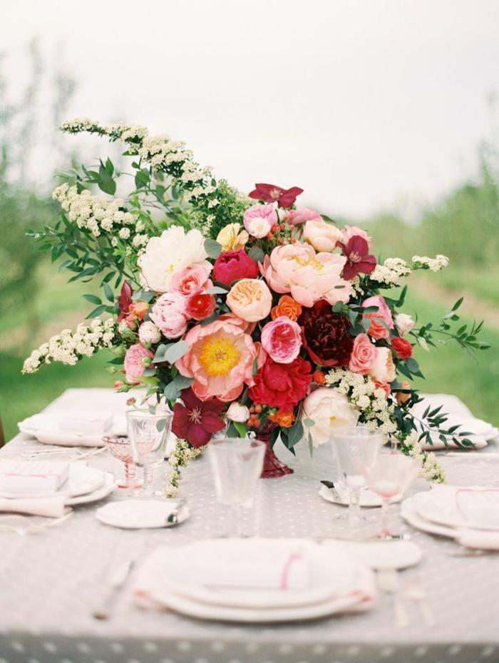 joli-bouquet-de-fleurs-pour-bien-decorer-la-table-avec-un-joli-nappe-de-table-beige