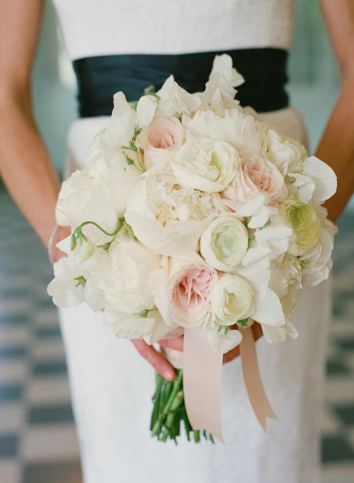 joli-bouquet-de-fleurs-pour-votre-mariage-bouquet-de-mariée-rond-fleurs-blancs