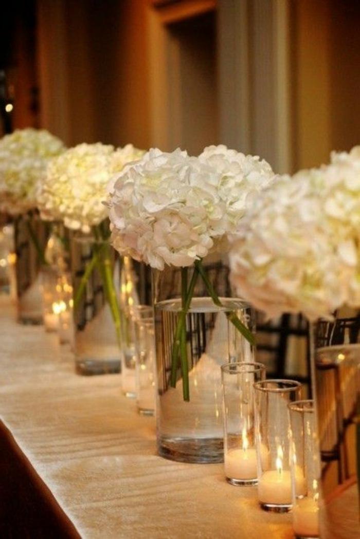 joli-bouquet-de-table-avec-fleurs-blancs-sur-la-table-une-jolie-decoration-sur-la-table-avec-fleurs