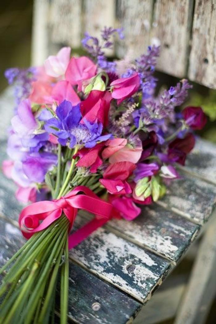 un gros bouquet de fleurs pour cr er une d coration de table. Black Bedroom Furniture Sets. Home Design Ideas