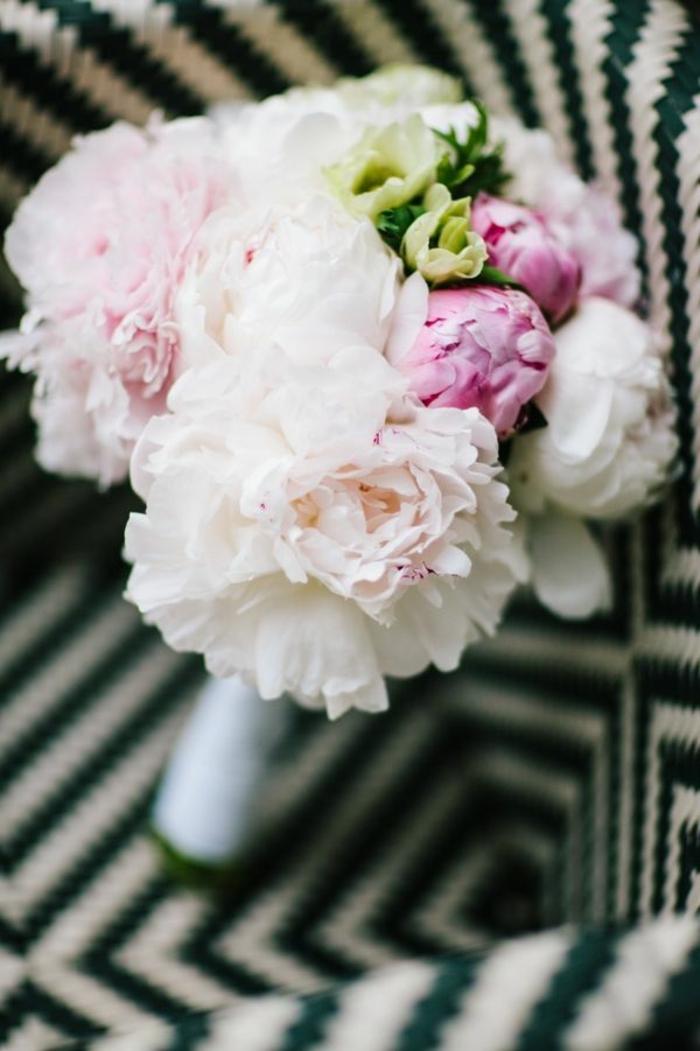 joli-bouquet-mariée-original-bouquet-mariée-pivoine-blanche-violet-vert-joliee-idee-pour-bouquet-de-mariee
