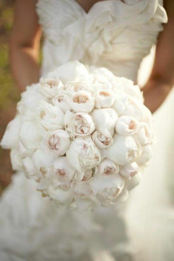 joli-bouquet-mariée-pivoine-blanche-pour-avoir-le-plus-beau-bouquet-de-mariee-robe-blanche