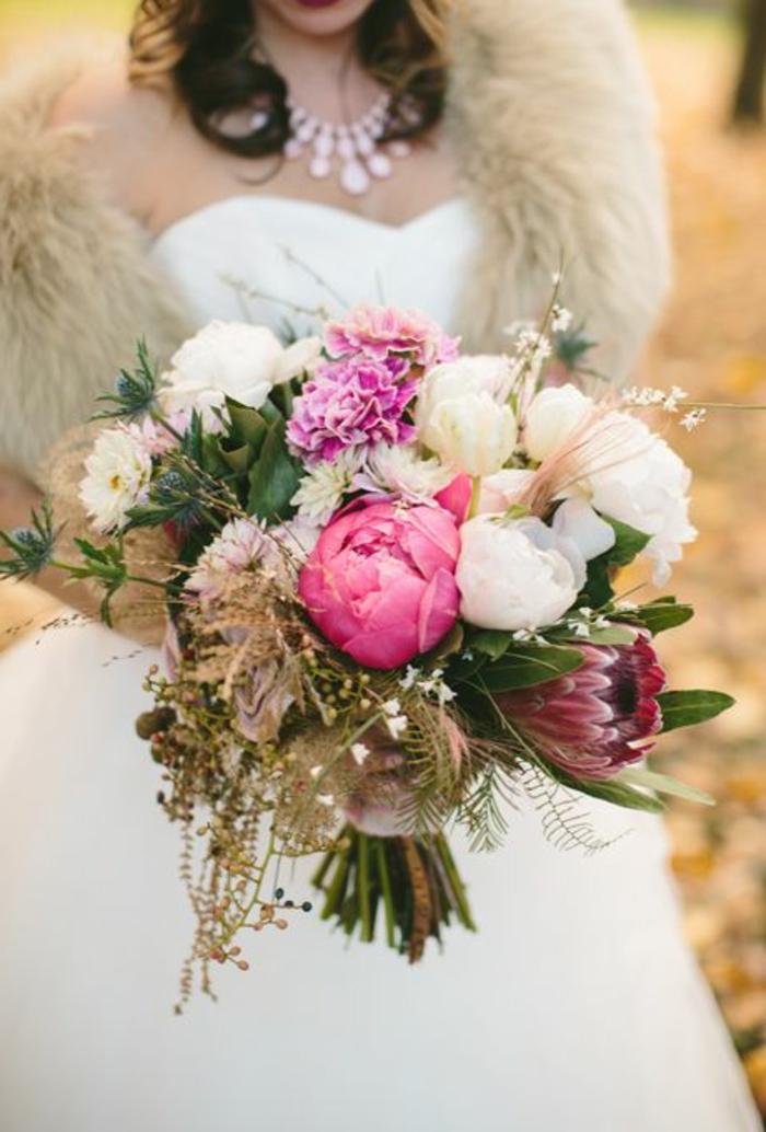 joli-bouquet-mariée-pivoine-colore-comment-choisir-les-fleurs-pour-un-mariage-joli-bouquet-de-fleurs