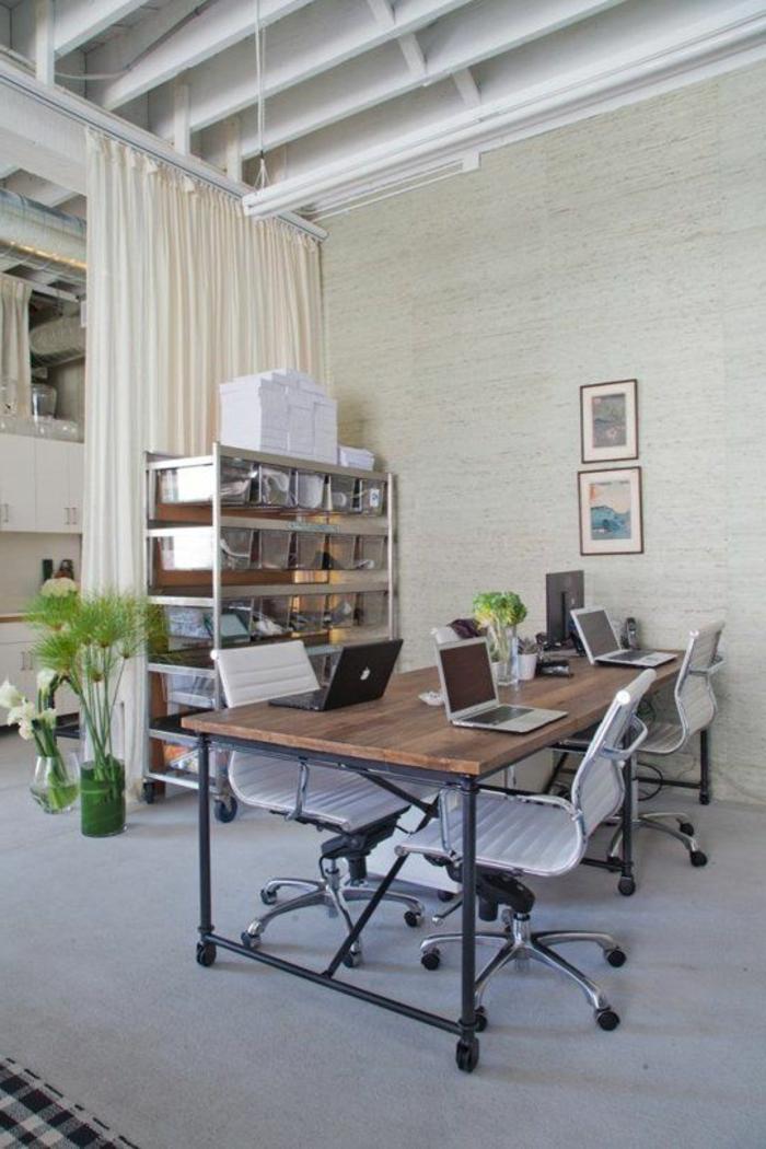 joli-bureau-feng-shui-avec-bureau-en-bois-massif-foncé-et-chaises-grise