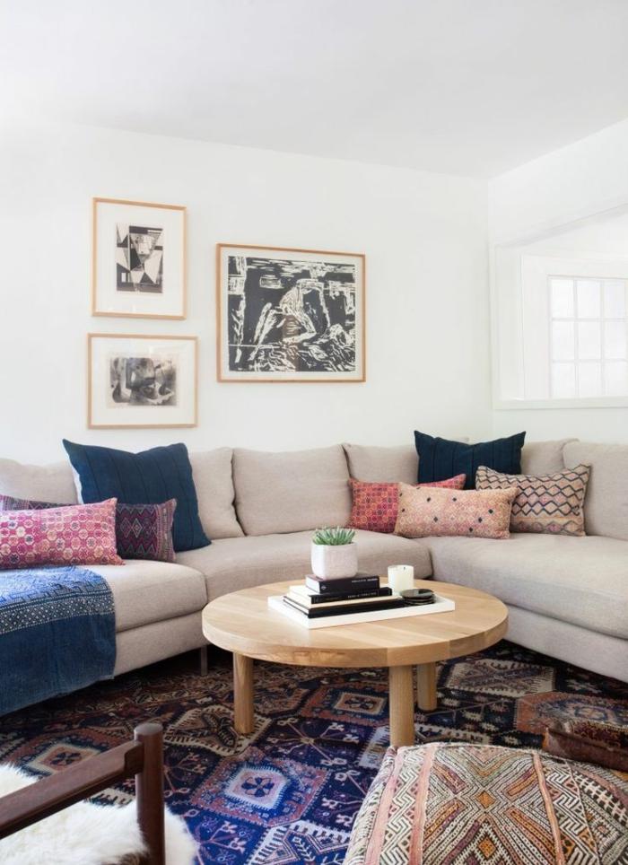 joli-coin-marocain-canape-beige-coussins-colores-murs-blancs-tapis-bleu-foncé