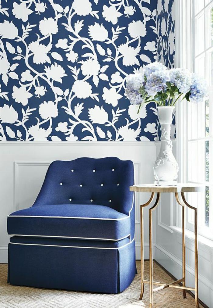 joli-couloir-avec-papier-peint-fleuri-anglais-de-couleur-bleu-canapé-bleu