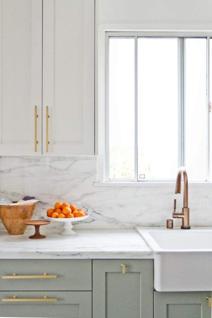 joli-design-v33-rénovation-cuisine-relooker-meubles-de-cuisine-en-bois-gris-credence-en-marbre-blanc