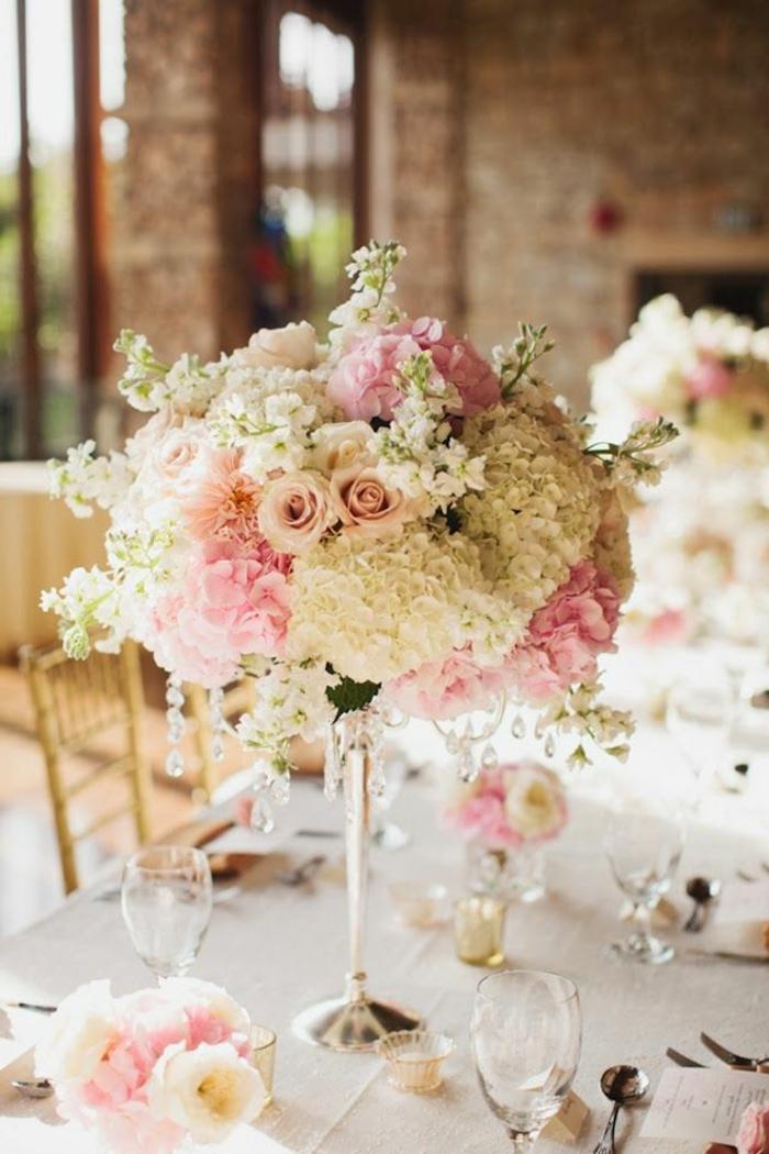 Un gros bouquet de fleurs pour cr er une d coration de table - Bouquet de table pour mariage ...