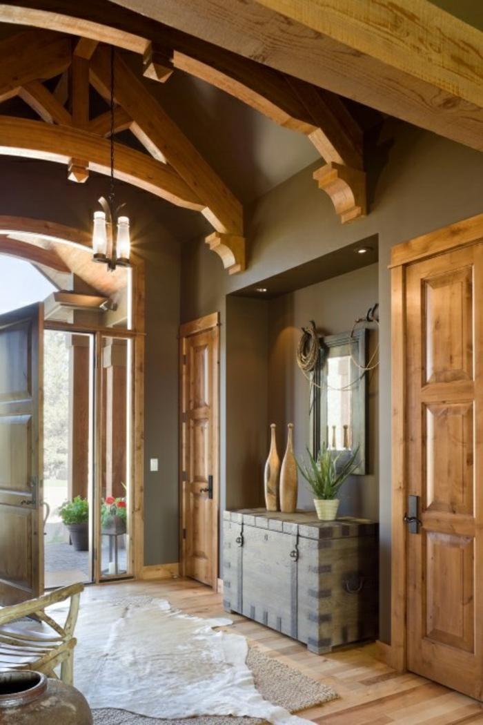 joli-entrée-en-bois-massif-avec-sol-en-parquet-clair-et-plafond-avec-poutre-decorative-poutre-chene