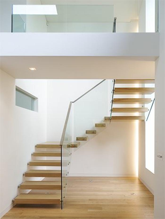 joli-escalier-en-bois-et-verre-pour-le-couloir-dans-la-maison-moderne