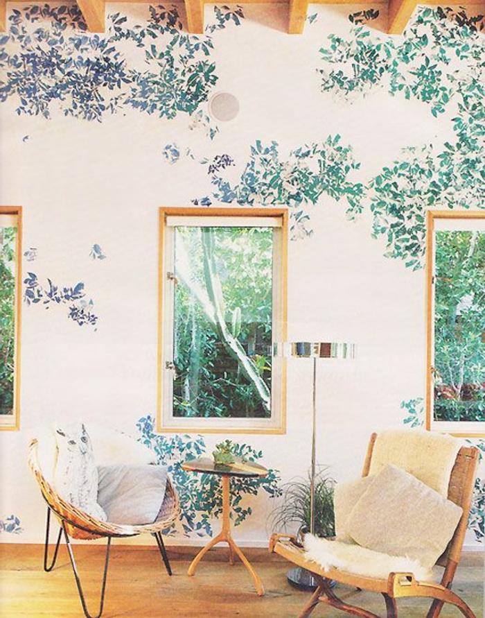 joli-papier-peint-fleuri-pour-le-salon-d-esprit-moderne-sol-en-parquet-clair-fenetre-dans-le-salon