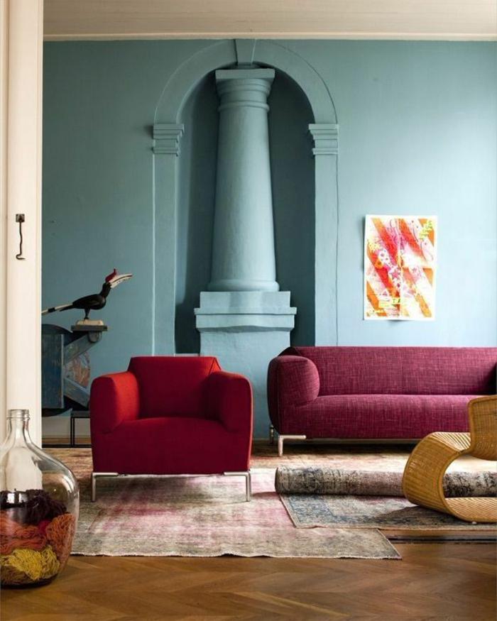 joli-salon-avec-canapé-de-couleur-bordeau-sol-en-parquet-et-tapis-retro-salon-murs-bleus