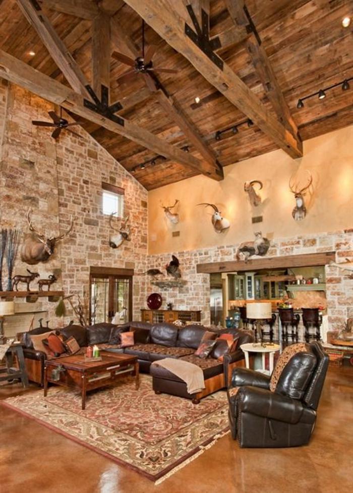 joli-salon-avec-plafond-sous-pente-en-planchers-bois-et-tapis-coloré-fauteuil-en-cuir-noir