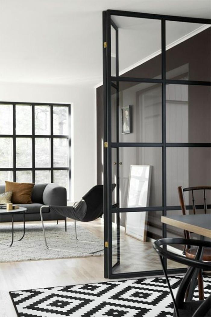 joli-salon-avec-verriere-d-interieur-moderne-et-tapis-blanc-noir-sol-en-parquet-clair-tapis-blanc-noir