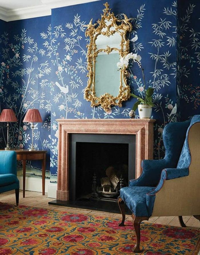 joli-salon-de-style-baroque-avec-miroir-pres-de-la-cheminéе-tapis-coloré