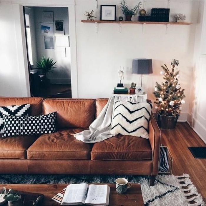 joli-salon-marocain-avec-canapé-en-cuir-marron-tapis-beige-parquet-en-bois-foncé