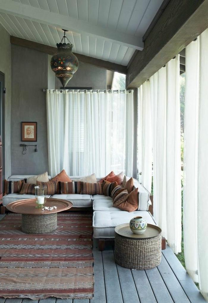 joli-salon-marocain-interieur-coloré-pour-la-maison-en-bois-plafond-sous-pente-en-bois