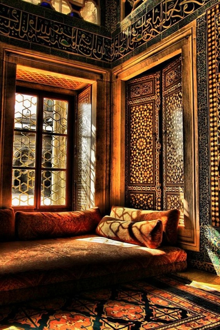 joli-salon-marocain-joli-interieur-meubes-modernes-tapis-coloré-dans-le-salon-marocain