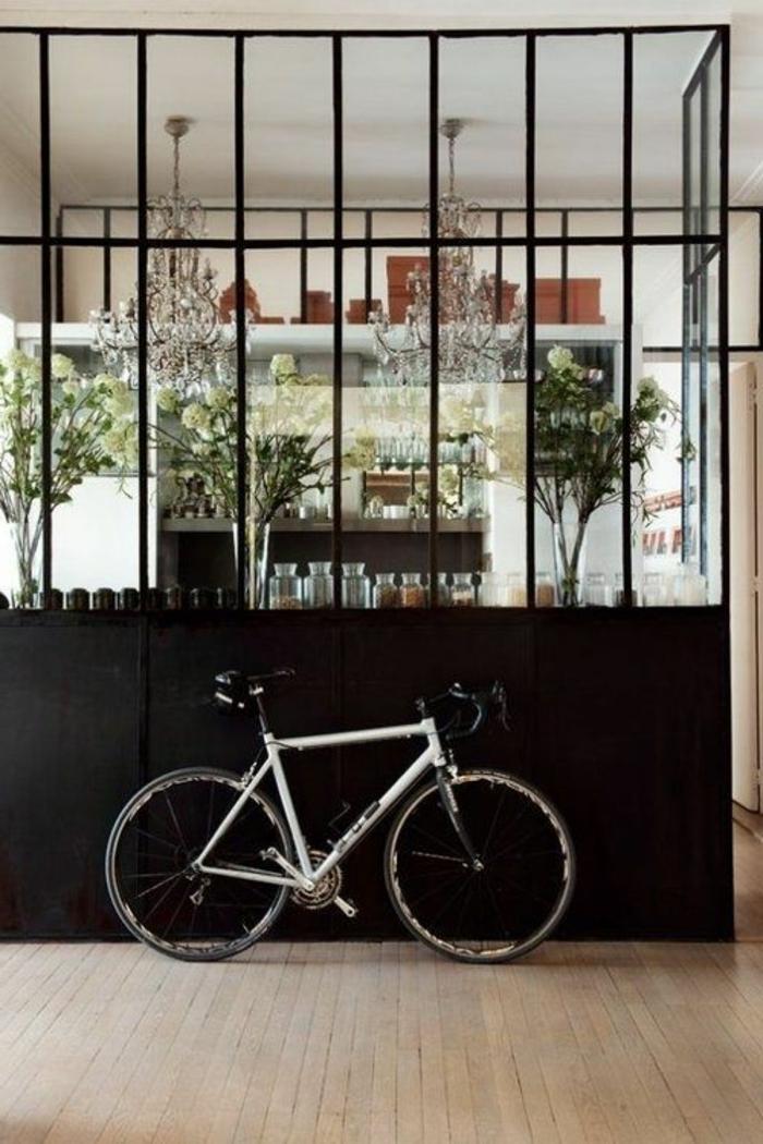 joli-verriere-acier-noir-dans-le-salon-contemporain-avec-sol-en-parquet-clair-salon-de-luxe