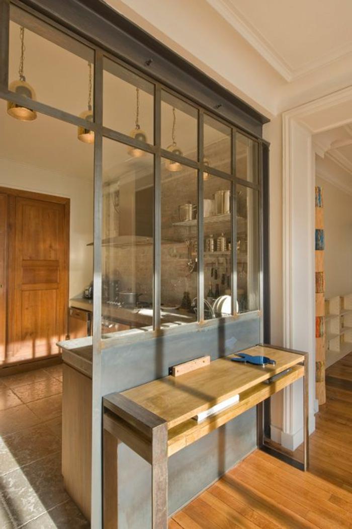 joli-verriere-d-interieur-pour-la-demeure-moderne-avec-sol-en-parquet-clair-et-fenetres-grandes