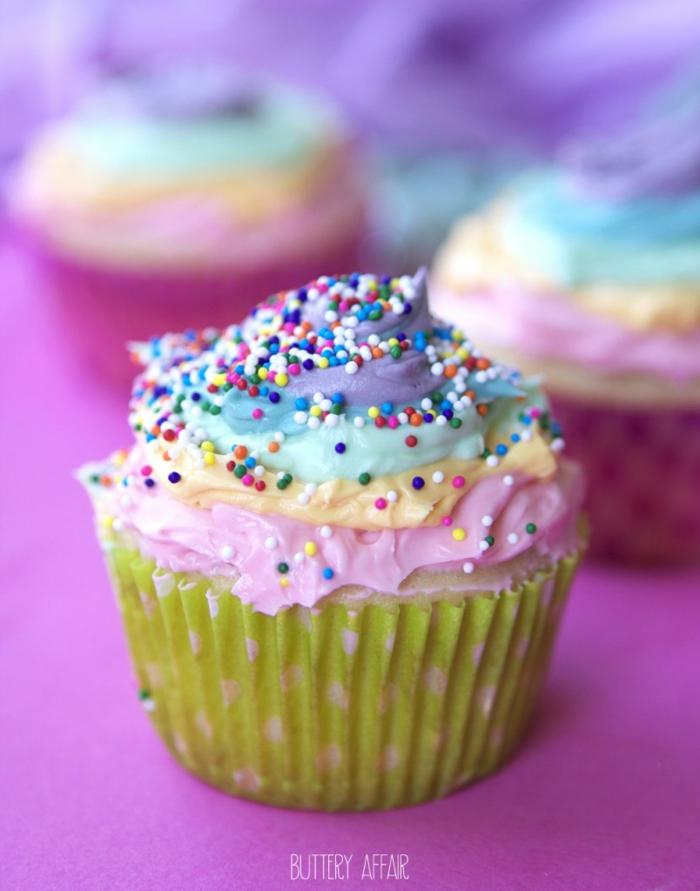 jolie-cadeau-gâteau-petit-avec-glaçage-le-cupcake-délicieux-coloré