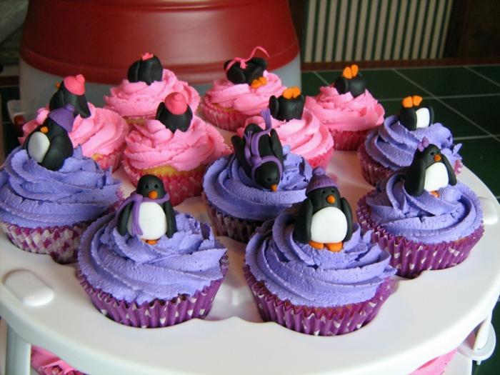 jolie-cadeau-gâteau-petit-avec-glaçage-cupcake-délicieux-cool-pinguins