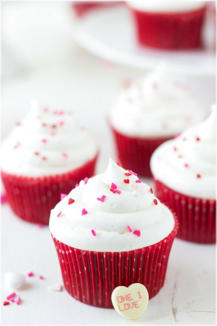 jolie-cadeau-gâteau-petit-avec-glacage-le-cupcake-délicieux-valentine