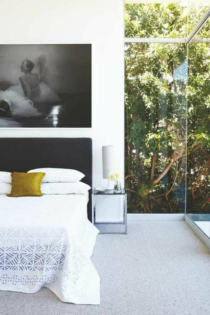 jolie-chambre-a-coucher-avec-verriere-d-interieur-moderne-et-sol-en-moquet-gris