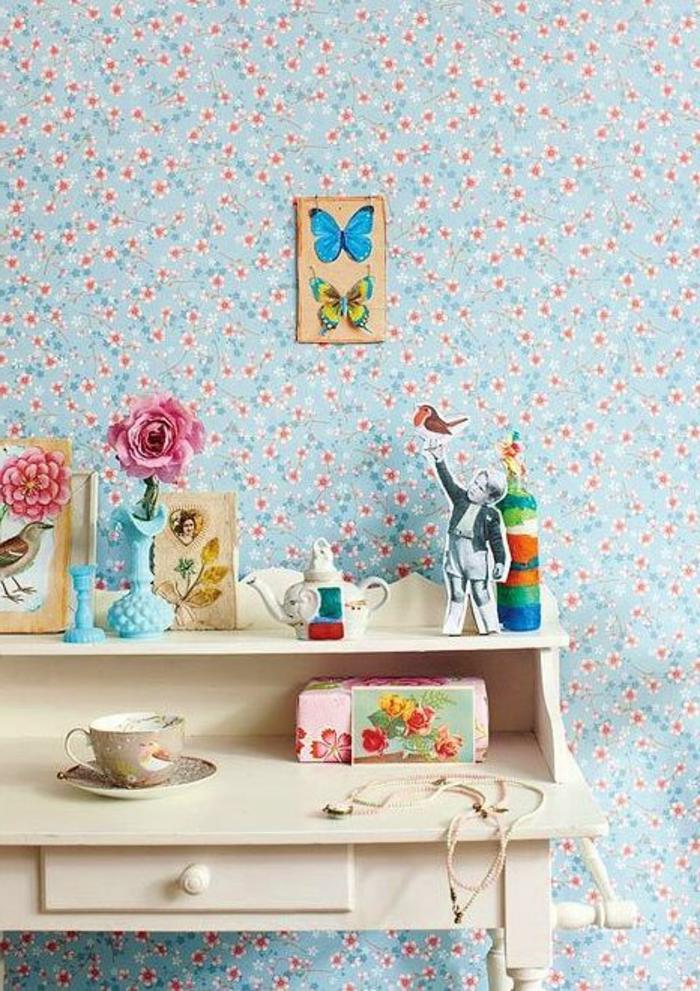 jolie-chambre-d-enfant-avec-papier-peint-fleuri-et-un-bureau-en-bois-clair-d-enfant