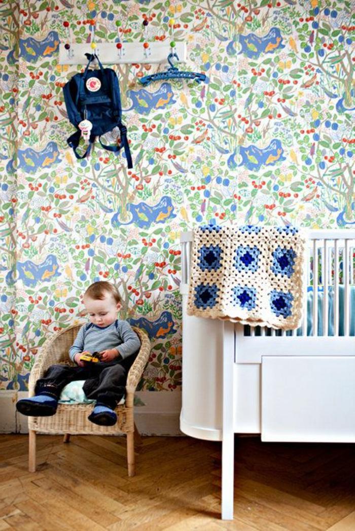 jolie-chambre-d-enfant-avec-papier-peint-fleuri-lit-de-bebe-en-bois-blanc
