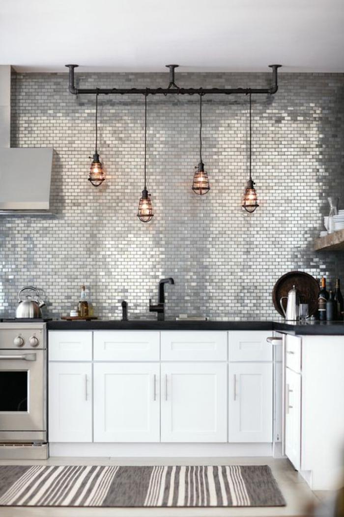 jolie-cuisine-avec-carrelage-adhesif-mural-gris-et-meubles-blancs-dans-la-cuisine-moderne